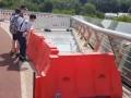 В Киеве новые стекла на пешеходном мосту оградили забором от пешеходов