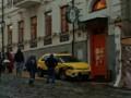 В Киеве на Андреевском спуске машина въехала в людей: Фото