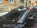 В центре Киева глыба льда с крыши рухнула на припаркованный автомобиль