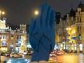 Синюю Руку в центре Киева обрисовали свастикой