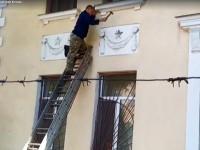 В Одессе молотками сбили звезды со здания военно-морской базы