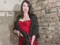 Черновол в красном платье с автоматом раздает советы революционерам