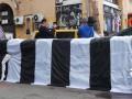 Киевские активисты установили пластиковую зебру возле Бессарабки