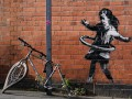 Появилось новое граффити Бэнкси - девочка, которая играет с шиной