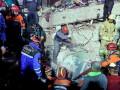 В Стамбуле под руинами обрушившейся многоэтажки нашли живым ребенка