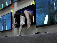 Девочка из Звонка, вылезающая из телевизора, напугала посетителей магазина