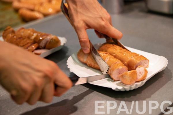 Повар Елизаветы II раскрыл секрет приготовления идеальных сосисок