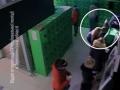 В Тернополе мужчина при людях вскрыл банкомат и похитил полмиллиона