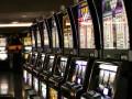 Группа людей в масках крушат незаконные казино в Чернигове