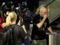 Родственники пассажиров Боинга 777 прибывают в аэропорты (фото)