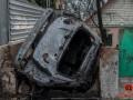 В Днепре автомобиль влетел в забор дома и сгорел