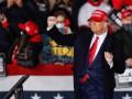 Трамп высмеял споткнувшегося на трапе самолета Байдена