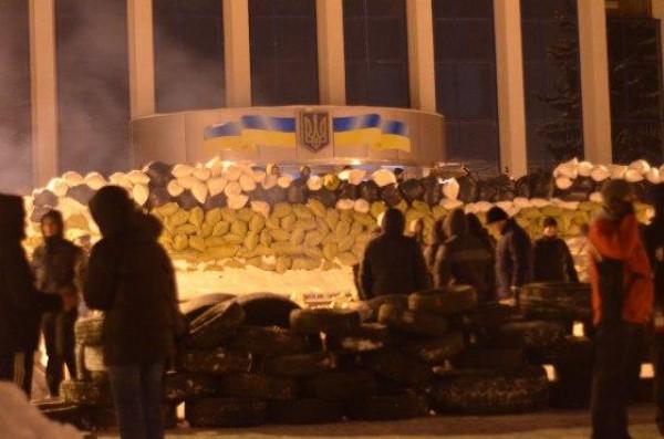 В Ровно перед облгосадминистрацией выросли баррикады.