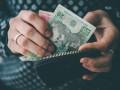 Украинцев отправляют в отпуска и уменьшают ставки