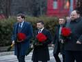 Зеленский возложил цветы к памятнику Кобзарю и Грушевскому