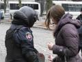 Девушки вручили валентинки бойцам, охраняющим улицу Грушевского