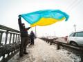 Киевляне прошли живой цепью по мосту Патона