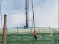 В России строитель cорвался, катаясь на кране
