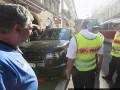 В Праге авто с украинскими номерами заблокировало трамвай