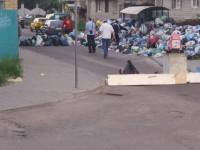 Во Львове улицу заблокировали мусором