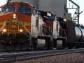 В Канаде сошли с рельсов 33 вагона товарного поезда с опасным грузом