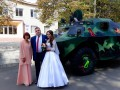Под Днепром молодожены приехали в ЗАГС на броневике