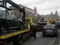 В центре Киева массово эвакуируют автомобили
