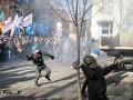 Активисты начали строить баррикаду на Шелковичной и понесли в толпу ящик с коктейлями Молотова