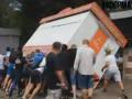 В Киеве люди в масках перевернули киоск