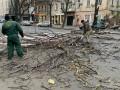 В Одессе ураган повалил деревья и оборвал линии электропередач