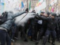 На Майдане в полицию полетели шумовые гранаты, столкновения продолжаются