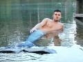 Мужчина-русалка пугает местных рыбаков (ВИДЕО)