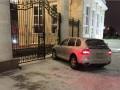 В Казахстане полицейский на Porsche врезался в забор резиденции президента