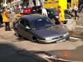 День в фото: провал автомобиля в Киеве и столкновение самолета с НЛО