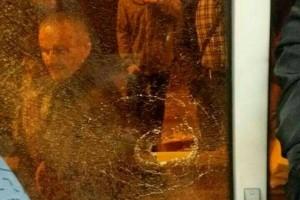 В Киеве в окно автобуса бросили камень: пострадала девушка