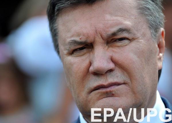 Виктора Януковича в больнице сопровождали несколько человек