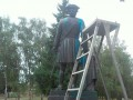 В Полтаве облили краской памятник Петру І и братскую могилу