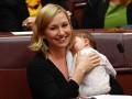 В Австралии политик впервые покормила грудью ребенка в парламенте