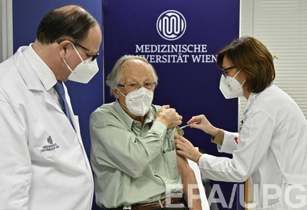 Большинство уведомлений о побочных эффектах вакцин - после укола препаратом AstraZeneca