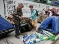 Активисты пикетируют офис Интера