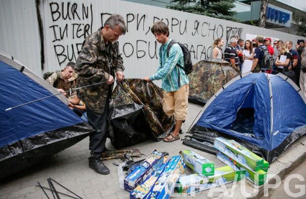 Митингующие пикетируют здание Интера