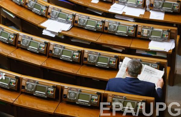 """Депутаты часто """"прогуливают"""" заседания и ничего не знают о надбавках к зарплате"""