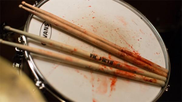 Несмотря на опыт игры на барабанах с 15 лет, Майлз Теллер натер себе волдыри из-за джазовой манеры игры. Поэтому на палочки и установку попало немного настоящей крови актера.