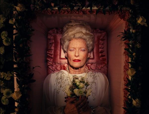 Для создания грима пожилой дамы Андерсон пригласил самых дорогих гримеров, а сама Тильда проводила по несколько часов в кресле.