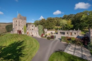 Замок в Уэльсе, который не купил тренер Манчестера, продают за пол цены