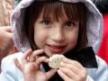 Сладкая жизнь: В Мариинском парке кормили пирожными и конфетами (ФОТО)
