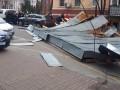 В центре Киева ветер сорвал со здания крышу