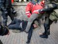 Появилось видео, как избивали полицейского возле Рады