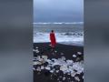 Леди в красном: Савченко окунулась в воды Северного Ледовитого океана
