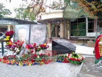 Возле кафе Сепар в Донецке установили мемориал Захарченко